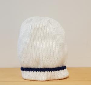 Cappello bianco con riga blu scura