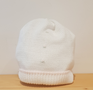 Cappello bianco con riga rosa e fiori ricamati