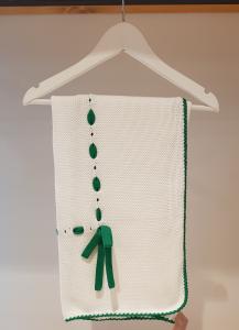 Coperta bianca con ricami e laccio verdi