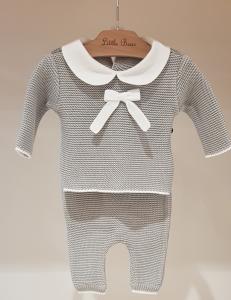 Completo grigio con colletto, fiocco e dettagli bianchi