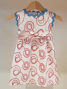 Vestito bianco con ricami rossi e dettagli celesti