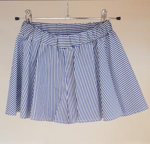 Pantaloncino a righe bianche e azzurre