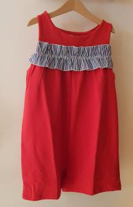 Vestito rosso in tuta con inserto a righe bianche e blu