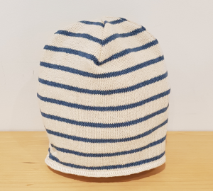 Cappello panna con righe azzurre