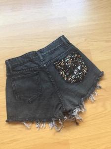Shorts in denim scuro sfrangiati  con paillettes