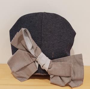 Cappello blu con fiocco a quadri marroni e bianchi