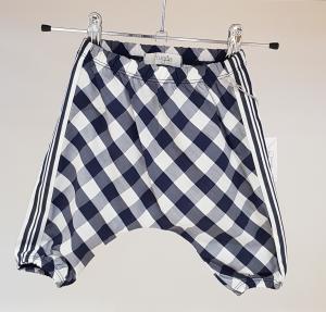 Pantalone a quadri bianchi, grigi e neri
