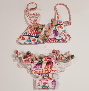 Costume da bagno bianco con pompon e stampe multicolore