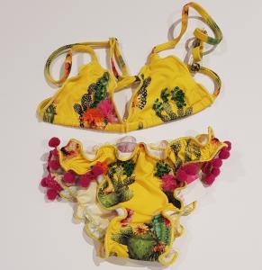 Costume da bagno giallo con pompon viola e stampa cactus