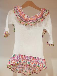 Vestito bianco con pompon e stampe multicolore