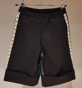 Pantalone nero con bande bianche e stelle nere