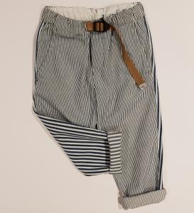 Pantalone a righe bianche, nere e blu
