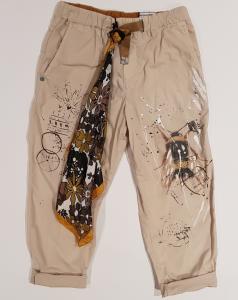 Pantalone beige con stampe e foulard multicolore