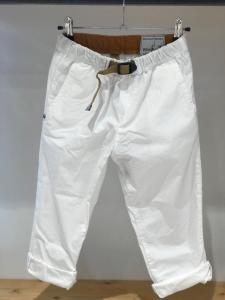 Pantalone bianco con vita elasticizzata e cinta