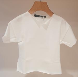 T-Shirt latte con taglio sul colletto