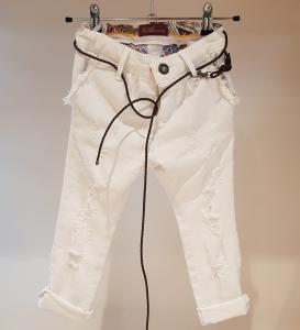 Jeans bianco con strappi e laccio cuoio marrone