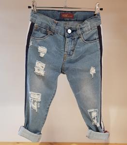 Jeans celeste con strappi e bande nere e bianche