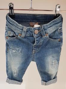 Jeans consumati con strappi