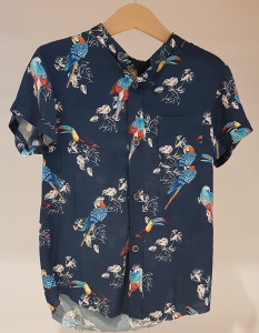 Camicia blu con stampe pappagalli e tucani
