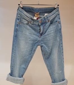 Jeans con strappi e ricami rossi