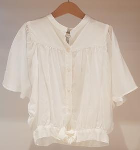 Camicia bianca con colletto coreano e fiocco