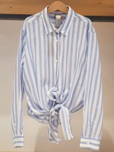 Camicia a righe bianche e celesti con fiocco