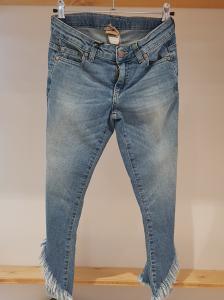 Jeans con fondo aperto