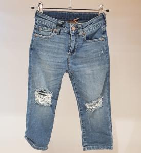 Jeans con strappi sulle ginocchia