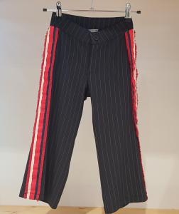Pantalone blu scuro con righe bianche e bande multicolore