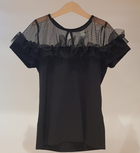 T-Shirt nera con tulle e rouge