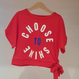 T-Shirt rossa con stampa scritta bianca e blu