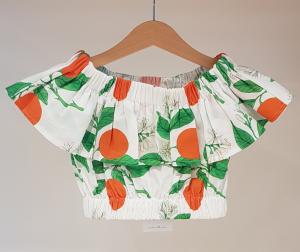 Top bianco con stampe arance e piante