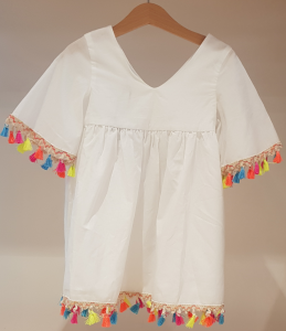 Vestito bianco con nappe multicolore