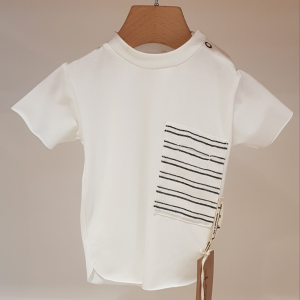 T-Shirt bianca con toppa