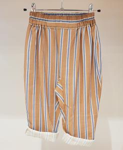 Pantalone marrone con righe azzurre e bianche