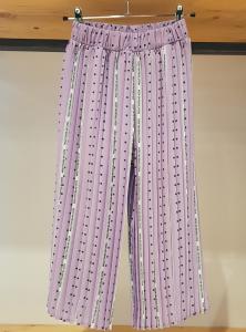 Pantalone lilla con righe bianche, pois e scritte verdi