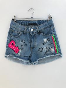 Pantaloncino di jeans con stampa scritte nere e toppa