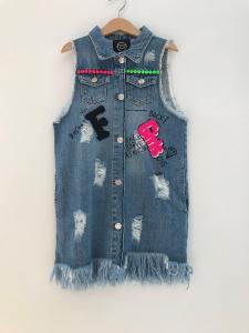 Vestito di jeans con strappi, stampa scritte nere e toppa