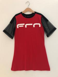 Vestito rosso con stampa logo bianco e maniche nere