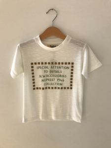 T-Shirt bianca con borchie oro e stampa scritte verdi
