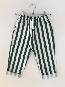 Pantalone a righe bianche e verdi
