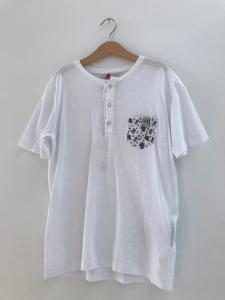 T-Shirt bianca con bottoni e tasca a fantasia