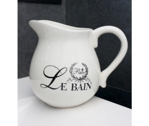 Vaso brocca decorata in ceramica bianca