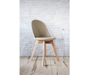 Sedia in ecopelle di colore beige con gambe in legno naturale