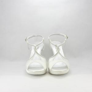 Sandalo sposa in tessuto di raso con inserti in cristallo.