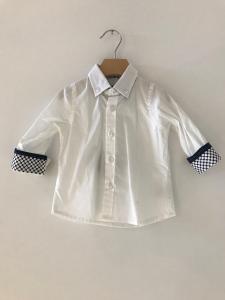 Camicia bianca con pois blu sui polsini