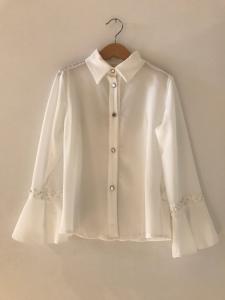 Camicia bianca a maniche lunghe ampie