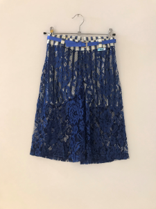 Pantaloncino a righe bianche e blu con pantalone pizzo blu