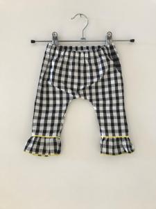 Pantalone a righe bianche e nere con dettagli gialli