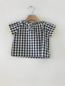 T-Shirt a righe bianche e nere con fiocco e dettagli gialli